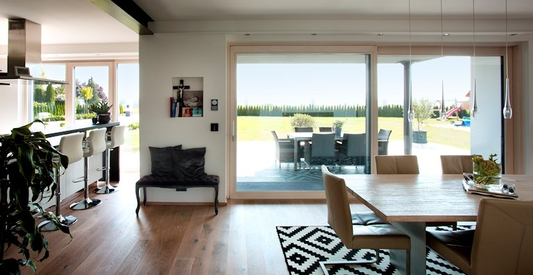 Transparenz auf der ganzen Linie: Hochwertige Aluminium-Holz-Fenster eröffnen großzügige Ausblicke.