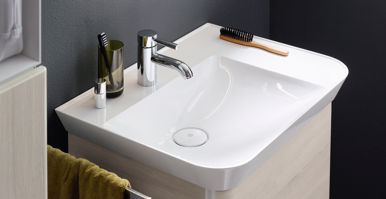 Das Wechselspiel zwischen offenen Ablageflächen – auch am Waschtisch – und geschlossenem Stauraum sowie der Kontrast von klaren Formen und runden Kanten machen Iveo im Badalltag so spannend.