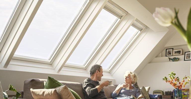 Entscheidet man sich beim Austausch für eine größere Fenster-Lösung, ist der bauliche Aufwand oft nicht sehr viel größer, aber die Wohnqualität steigt durch mehr Tageslicht deutlich.
