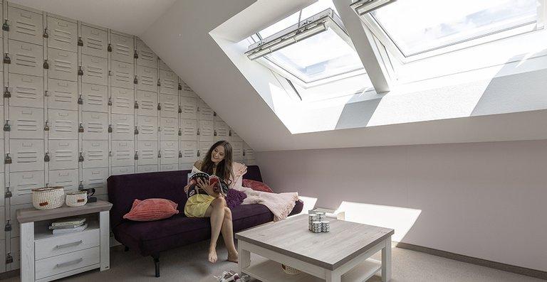 Sonnenlicht statt Dämmeratmosphäre – die Kombination aus zwei Dachfenstern lässt extra viel Licht in den Raum. So hat der Blue Monday keine Chance.