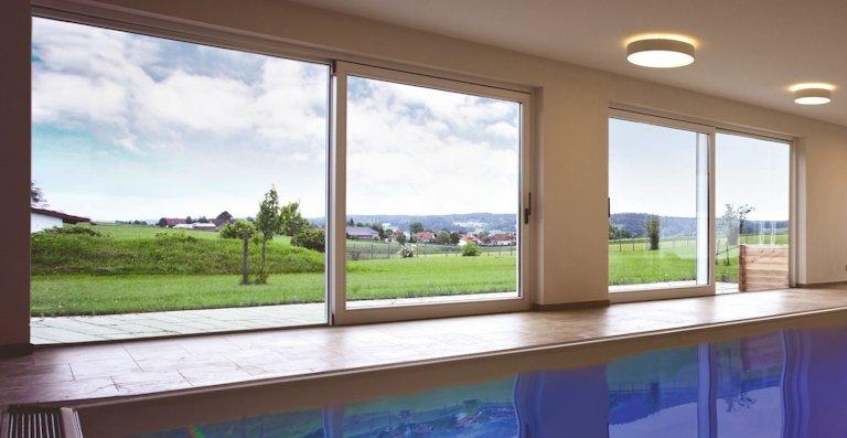 Hebe-Schiebe-Türen mit rahmenloser Schwellenverglasung eröffnen neue Gestaltungsmöglichkeiten für moderne Fassaden.