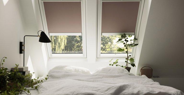 Wer sein Schlafzimmer richtig plant, kann je nach Lust und Laune mit Blick in den Sternenhimmel einschlafen oder den Raum mit Verdunkelungs-Rollos komplett verdunkeln