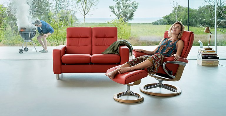 Einfach abschalten und entspannen – mit dem Relaxsofa Stressless Wave 2-Sitzer High Back oder dem modernen Stressless Nordic Relaxsessel ist das ganz einfach.