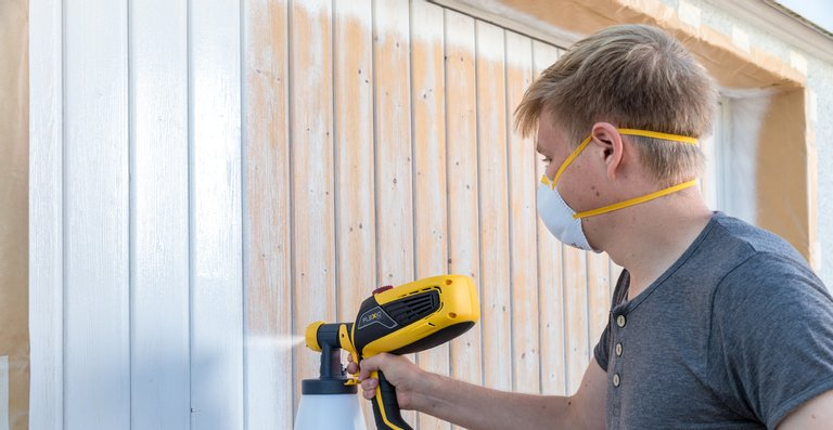 Auch ein Garagentor hat Schutz und Pflege verdient. Das Farbsprühgerät von WAGNER kann auch Lackfarben sprühen.