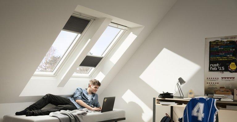 Verdunkelungs-Rollos und Wabenplissees können mehr als nur blendende Sonnenstrahlen und fremde Blicke anhalten. Sie dunkeln Räume vollstendig ab, verbessern die Wärmedämmung und können farbliche Akzente bei der Raumgestalltung setzen.