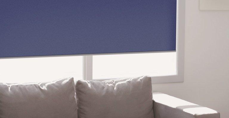 Der Rollostoff in Black-out Qualität spart durch seine Spezialbeschichtung Energie.