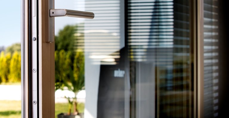 Außen bietet die Aluminium-Schale besten Witterungsschutz, innen sorgt der nachwachsende Rohstoff Holz für Atmosphäre.
