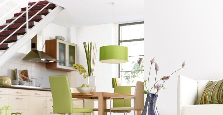 Damit auch Wohn- und Esszimmer ihr strahlendes Weiß nicht verlieren: Wer seine Wände mit einer reinigungsfähigen Farbe anstreicht, wischt Verschmutzungen ganz einfach mit einem feuchten Lappen weg.