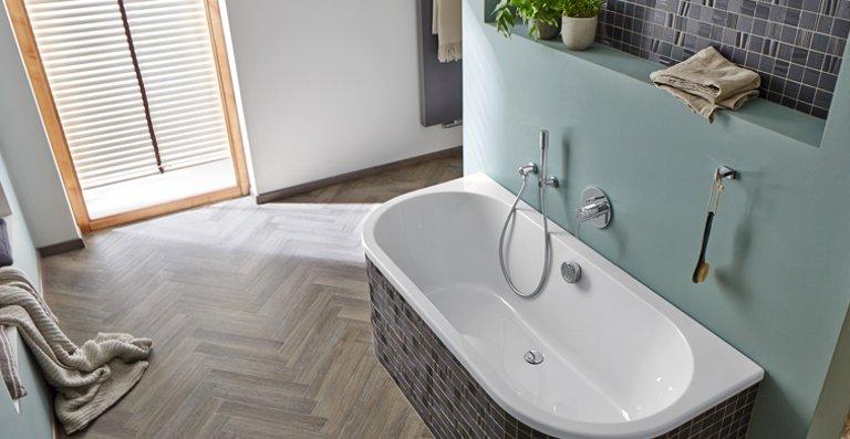 In Echtholz schwierig, mit Designbodenbelag kein Problem: Fischgrät im Badezimmer