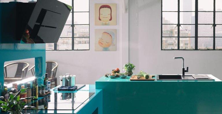 Die Maris-Familie vereint eine große Auswahl an Dunstabzugshauben, Spülen und Kochfeldern in zahlreichen Farb-, Material- und Formatvarianten. Diese Produkt- und Kombinationsvielfalt macht die Linie zu einer lebendigen und flexiblen Lösung für kleine und große Küchen.