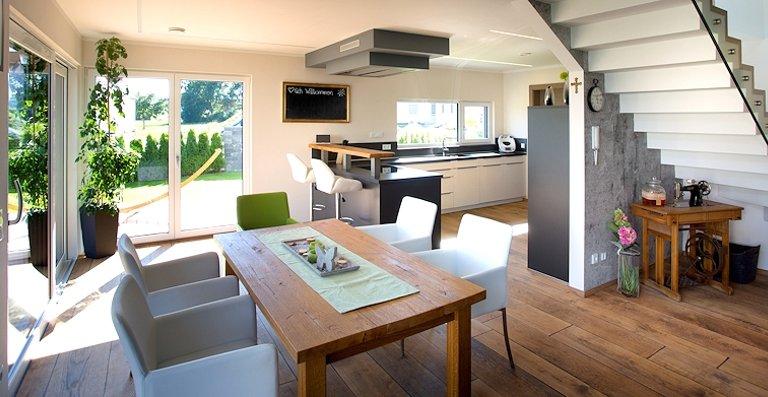 Eingebaut wurden Aluminium-Kunststoff-Fenster von Kneer-Südfenster AKF 724 S, da sie hochwertiger als reine Kunststoff-Fenster sind und dazu eine echte Alternative zu Aluminium-Holz-Fenstern bieten.