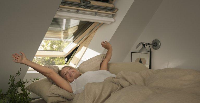 Rollläden von Velux schützen effektiv vor Hitze und sorgen dank Lärmschutz und Verdunkelung für beste Schlafbedingungen.