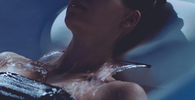 Aus dem höhenverstellbaren, ergonomisch geformten Nackenkissen tritt ein kontinuierlicher Wasserschwall aus, der den Nacken- und Schulterbereich angenehm warmhält.