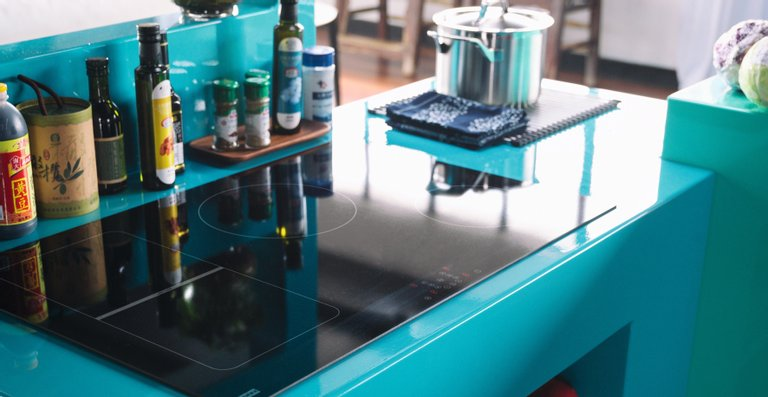 Die drei Induktionskochfelder bieten flexible Kochzonen und eine komfortable Touch-Steuerung auf der harmonisch abgestimmten Glasoberfläche in Schwarz oder Weiß.
