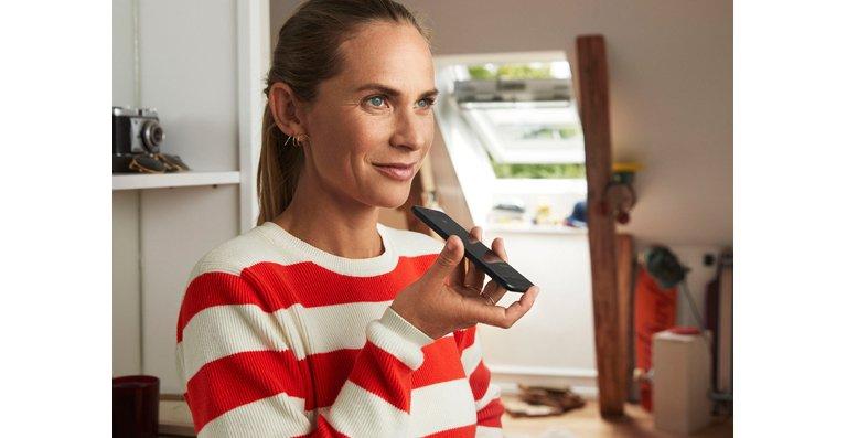 Velux steigt in den Smart-Home-Markt ein. Damit haben Hausbesitzer erstmals die Möglichkeit, Dachfenster, Sonnenschutz und Rollläden über den Sprachsteuerungsassistenten Siri® zu bedienen.