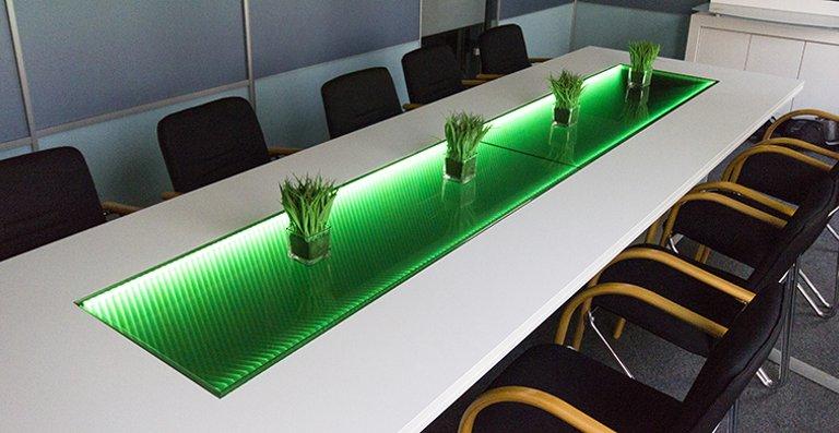 Die Tischplatte aus vetroLoom macht das Möbel zum unverwechselbaren Einzelstück. Die LED's können je nach Wunsch farblich unterschiedlich angesteuert werden.