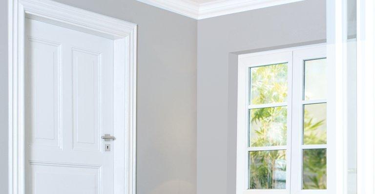 """Mit geringem Aufwand und Alpina """"Weißlack für Fenster und Türen"""" lassen sich die Rahmen selbst lackieren."""