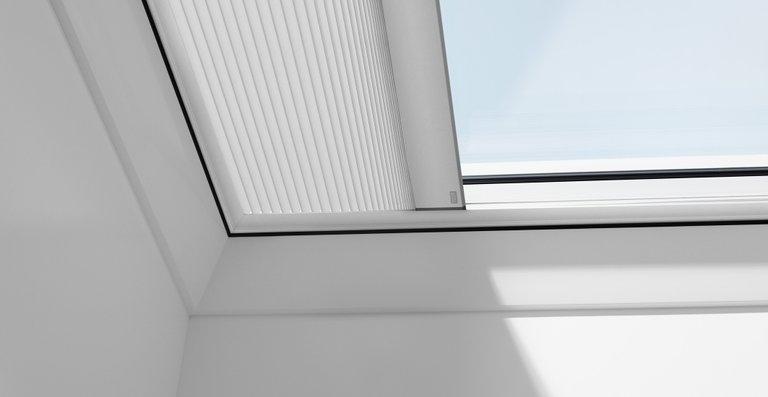 Velux Flachdach-Fenster können mit Plissees kombiniert werden.