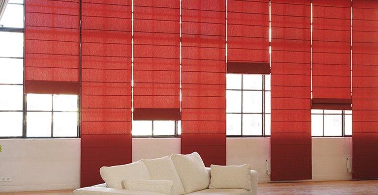 Ein Farbtupfer am Fenster – Raffrollo in knalligem Rot