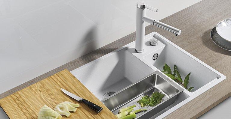 Einzigartig ergonomisch: BLANCO AXIA III 6 S aus SILGRANIT® PuraDur® in Weiß, Armatur: LINEE-S in Silgranitweiß und Chrom