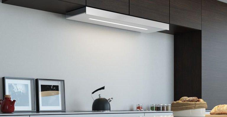 Die neue Flachschirmhaube Mythos Plus überzeugt mit Bestwerten bei der Filter- und Energieeffizienz bei bis zu 860 m3/h. Bedient wird sie über die Ghost-Steuerung auf der wahlweise schwarzen oder weißen Glasfront.