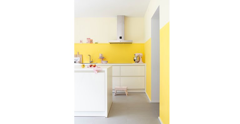 """Sonnig und lebhaft erstrahlt die Küche in verschiedenen Gelbnuancen, darunter Alpina Farbrezepte """"Sonnenstrahl"""". Romantisch dazu: Küchenutensilien und Accessoires in zartem Rosé."""