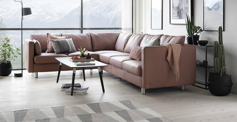 """Elegant im Design, unvergleichlich im Sitzkomfort – das neue Stressless Sofa-Modell E400 hier als Ecksofa in der Ausführung Leder """"Paloma"""" Dusty Rose."""