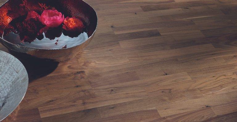 Shabby Chic: wie ein über Jahrzehnte benutzter, farbig gestrichener Holzboden wirkt die HARO Parkett 4000 Landhausdiele Eiche Sauvage retro Atelier strukturiert 4V naturaLin plus.