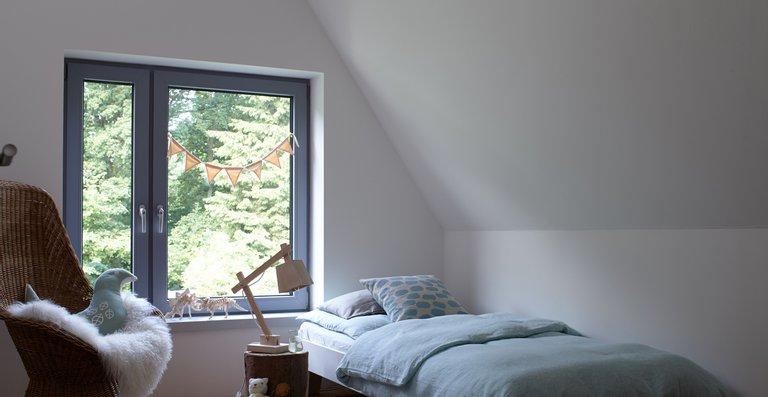 Das Zimmer im Dachgeschoss bekommt häufig wenig Tageslicht ab. Ein paar farbige Tricks können helfen, das auszugleichen.