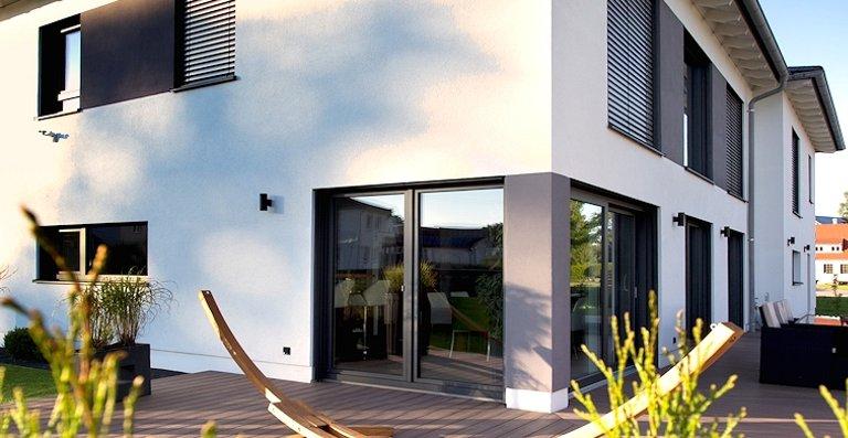 Hebe-Schiebe-Türen und Flügeltüren von Kneer-Südfenster bieten barrierefreie Zugänge auf die Südterrasse und in den Garten.