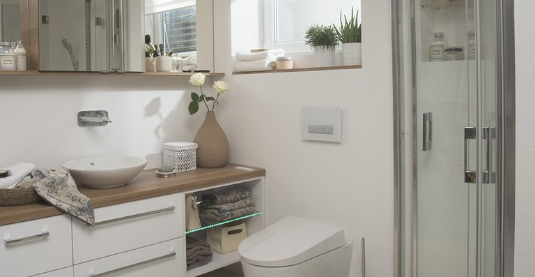 Die intelligente Technik für die Duschfunktion und die Anschlüsse für Strom- und Wasserversorgung sind von außen unsichtbar in die Keramik integriert.