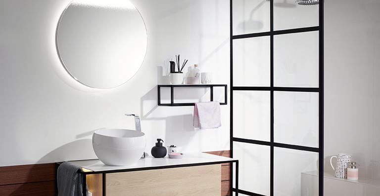 Mit Junit bietet burgbad eine Waschtischeinheit mit Aufsatzbecken zu einem attraktiven Preis-Leistungs-Verhältnis - hier in 1200er Breite mit Melaminfront in Eiche Dekor Cashmere und kugeligem Mineralguss-Aufsatzbecken.
