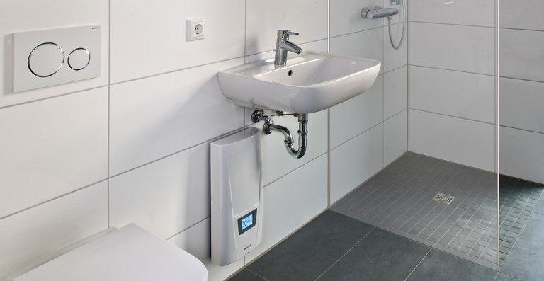 Der E-Komfortdurchlauferhitzer DSX Touch versorgtmehrere Entnahmestellen im Bad mit warmem Wasser.