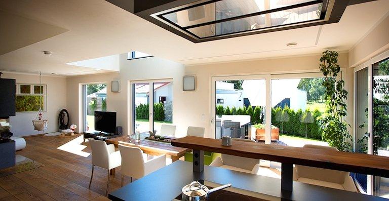 Als ein einziger großer Raum sind die Bereiche Wohnen-Essen-Kochen im Erdgeschoss angelegt, der von seiner Offenheit und den Blickbeziehungen in den Garten lebt.