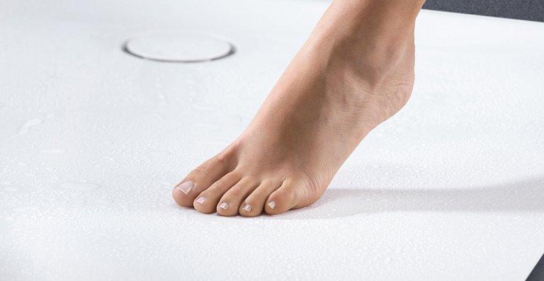Hoher Duschkomfort: Geberit Setaplano sorgt mit einem seitlich platzierten Ablauf für maximalen Freiraum beim Duschen.