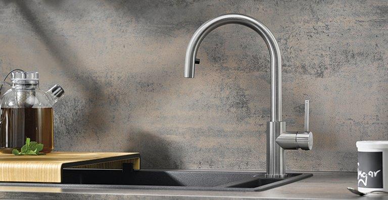 BLANCO CANDOR-S aus Edelstahl in gebürstetem Look, eignet sich durch ihren hohen Auslauf besonders gut zum Befüllen von Töpfen und Vasen, Spüle: AXIA III XL 6 S aus SILGRANIT® PuraDur® in  Anthrazit