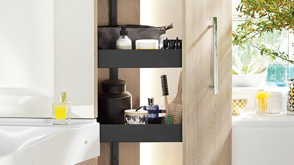 Der besondere Clou bei der neuen Sys30 Ecklösung von burgbad ist der Apothekerschrank mit viel komfortablem Stauraum für die Ecke und einer Innenbeleuchtung, die seitlich nach außen abstrahlt und so ein angenehmes Ambiente-Licht schafft.