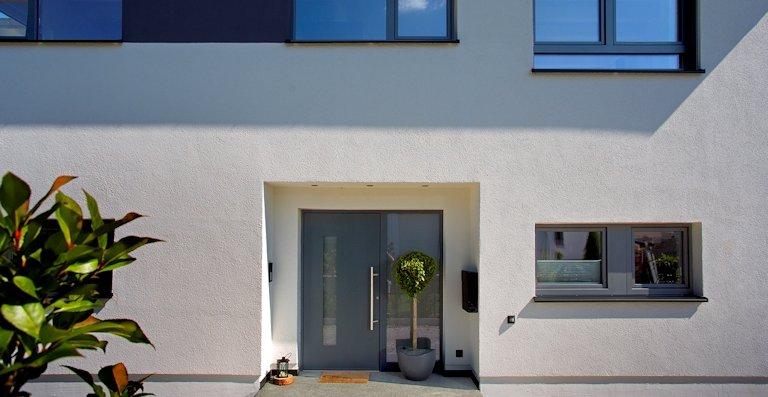 Fenster und Haustüren von Kneer-Südfenster bieten einen guten Einbruchschutz, der sich mit moderner Technik weiter ausbauen lässt.