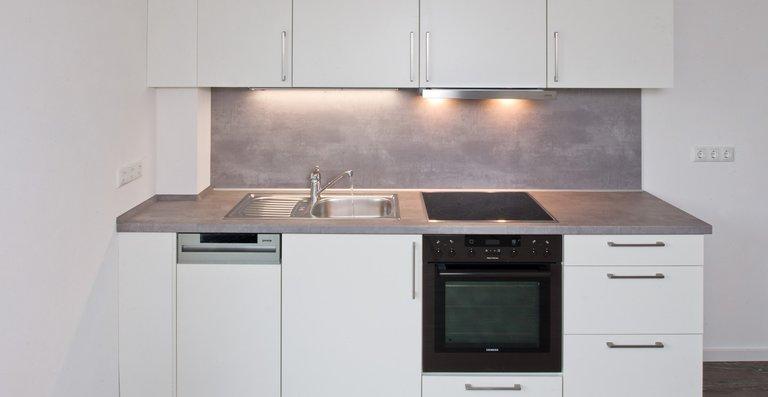 Offene Küchenzeile im Wohn- und Essbereich.