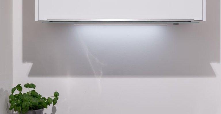 Durch ihr minimalistisches Design fügt sich die neue Flachschirmhaube Maris dezent in jede Küche. Sie wird über sanftes Herausziehen oder den Bedienknopf in 3 Stufen plus Intensiv gesteuert.