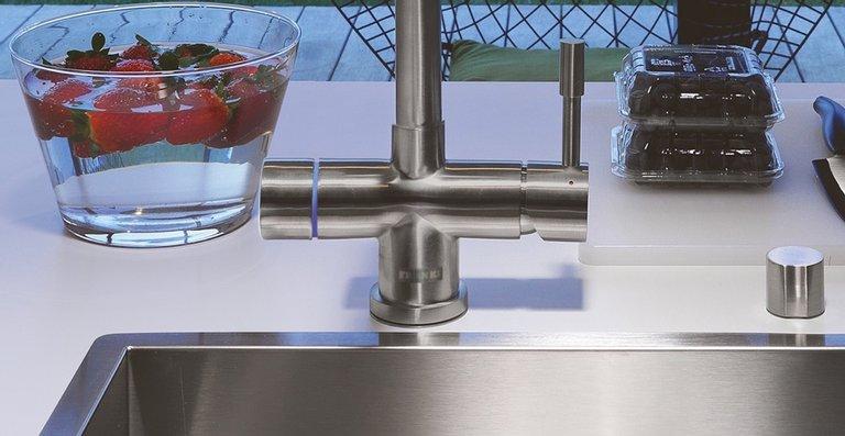 Die neue Heißwasser-Armatur Mondial von Franke liefert aus einem Hahn kaltes, warmes und kochendes Wasser – auch gefiltert. Der Edelstahl-Festauslauf ist um 360° schwenkbar.