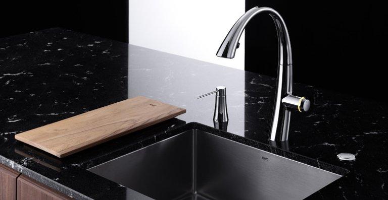 Die KWC ZOE ist ein Eyecatcher in jeder Küche: Das neue Spülbecken harmoniert mit seiner klaren Geometrie.