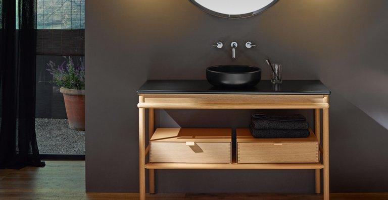 Die Kombination von Velvet-weißer oder schwarzer Keramik mit naturfarbenem Holz wirkt besonders frisch und natürlich.