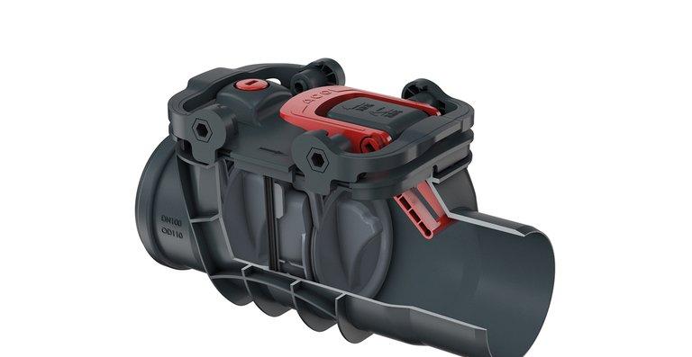 Der Zulauf als Muffe und der Ablauf als Spitzende der Rückstauverschlüsse ACO Triplex (hier Typ 2 mit DN 100) erlauben eine flexible Gestaltung der Rohranschlüsse. Das moderne Design mit glatten Oberflächen vermeidet schwer zu reinigende Schmutzecken.
