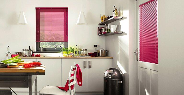 Ein Farbtupfer in der Küche mit Jalousien in Magenta