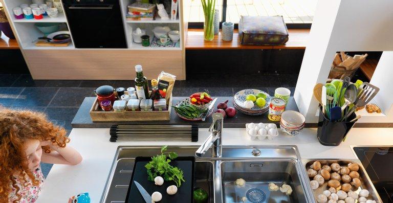 Im Portfolio von Frames by Franke finden sich auch SlimTop-Spülenvarianten aus Qualitäts-Edelstahl sowie passende Armaturen.