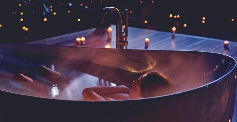 In kaum einer anderen Umgebung lässt es sich so zur Ruhe kommen wie in einem Vollbad. Die neue Floating Badewanne von TOTO bietet Entspannung pur.