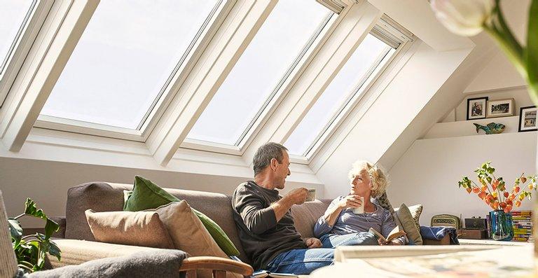 Die Kombination aus mehreren Dachfenstern lässt extra viel Licht in den Raum. So können Dachgeschossbewohner beim gemütlichen Nachmittags-Kaffee nebenbei auch noch jede Menge Energie tanken.