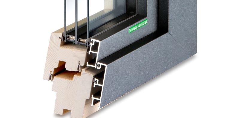 Aluminium-Holz-Fenster sind am hochwertigsten. Die Aluminium-Außenschale schützt vor Wind und Wetter, im Innenraum verbreitet Holz eine natürliche Atmosphäre.