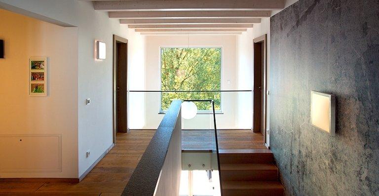 Durchweg lichtdurchflutet – die großen Fenster holen die Sonne ins Haus, die Helligkeit und Wärme im gesamten Haus verströmt.